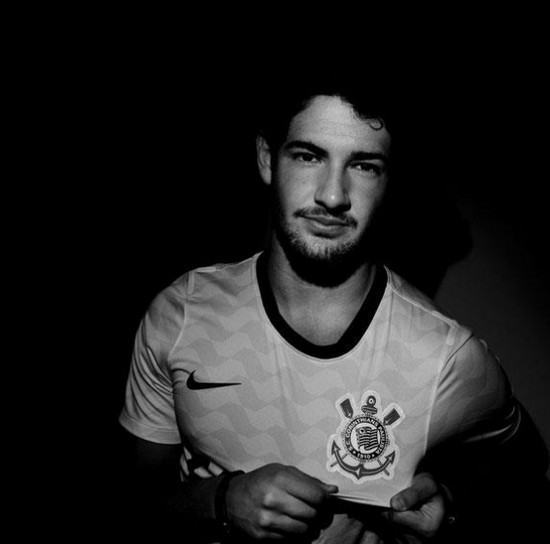 Alexandre Pato com a camisa do Corinthians